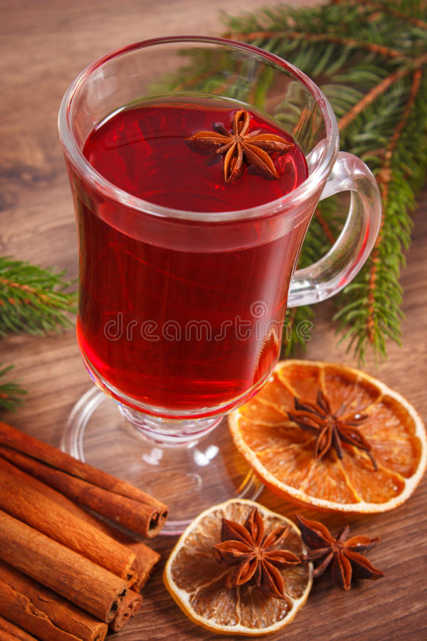 Download 被仔细考虑的酒为圣诞节或冬天晚上用香料和云杉的分支 库存照片. 图片 包括有 欢乐, 烘干, 打孔机, 具球果 - 62530536