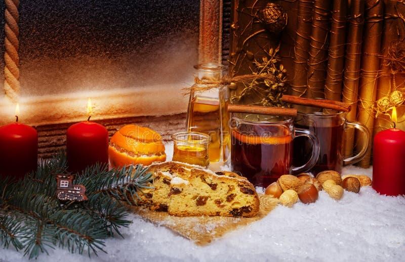 被仔细考虑的酒和圣诞节蛋糕,第3出现 免版税库存图片