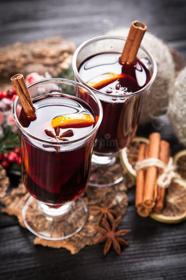 Download 被仔细考虑的酒用桂香和桔子 库存图片. 图片 包括有 温暖, 圣诞节, 仔细考虑, 杯子, 红色, 桂香 - 62535081