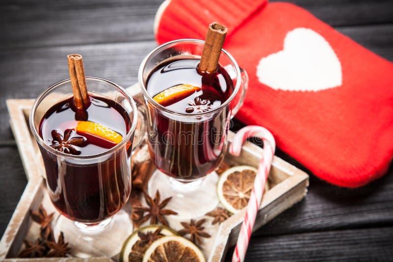 Download 被仔细考虑的酒用桂香和桔子 库存照片. 图片 包括有 打孔机, 杯子, 仔细考虑, 干燥, 食物, 棍子 - 62535200