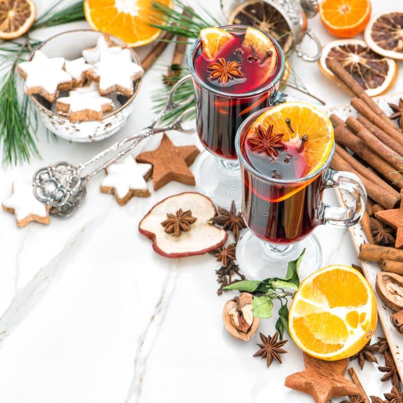 被仔细考虑的酒玻璃热的红色拳打果子加香料圣诞节食物 免版税库存图片