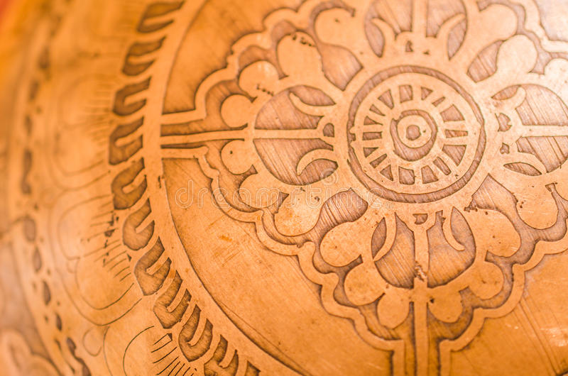 被刻记的黄铜碗特写镜头 库存图片