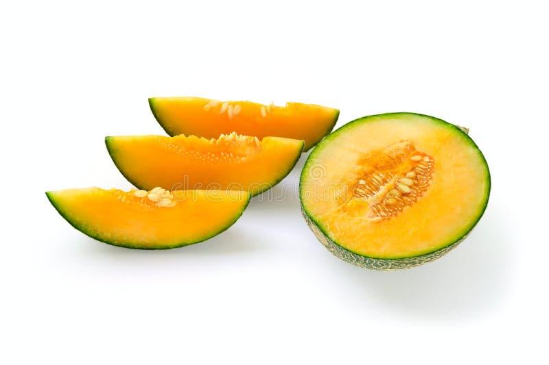 裁减对分了成熟瓜黄色里面,绿色外部 在与种子的裁减切片附近 图库摄影