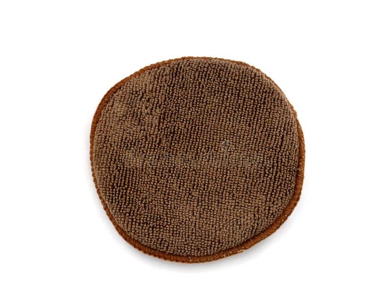 裁减路线,圆形microfiber涂药器垫,由在白色背景隔绝的棕色微纤维布料的海绵套 库存照片