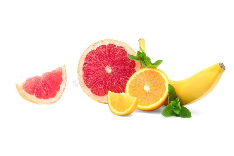 裁减,新鲜,有机葡萄柚,橙色和甜香蕉的构成与薄荷叶的 混杂的柑橘和热带水果 库存图片