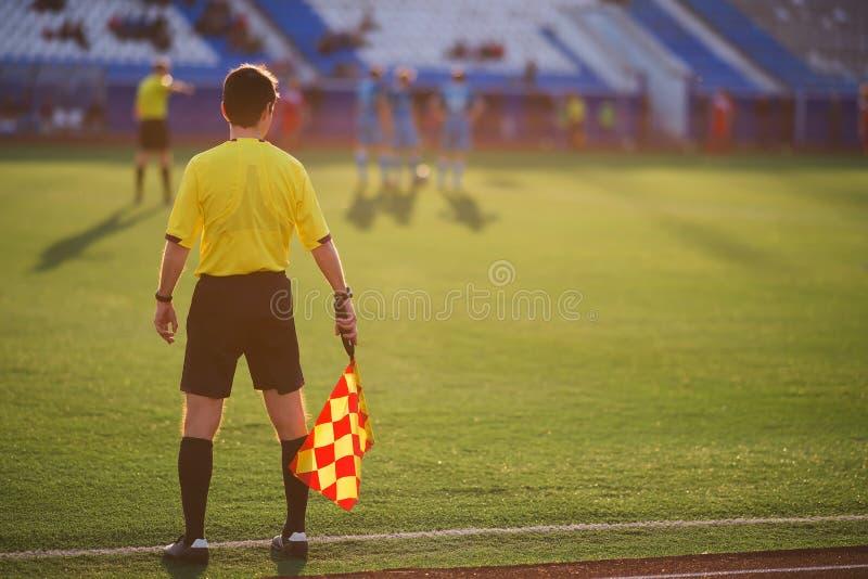 裁判员足球 裁判员是在领域 免版税库存图片