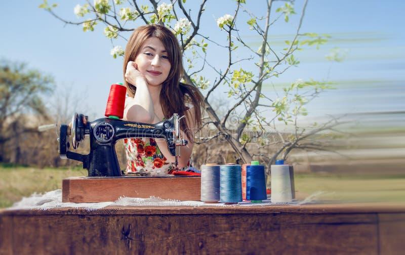 裁缝与缝纫机一起使用 图库摄影