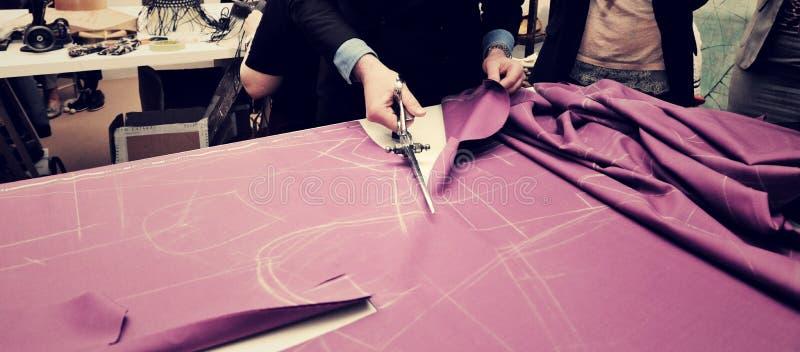 裁缝切口织品为预定了衣服. 缝合, 豪华.