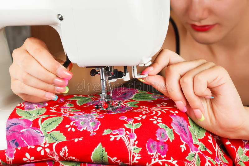 裁缝缝合在缝纫机的织品 免版税库存照片