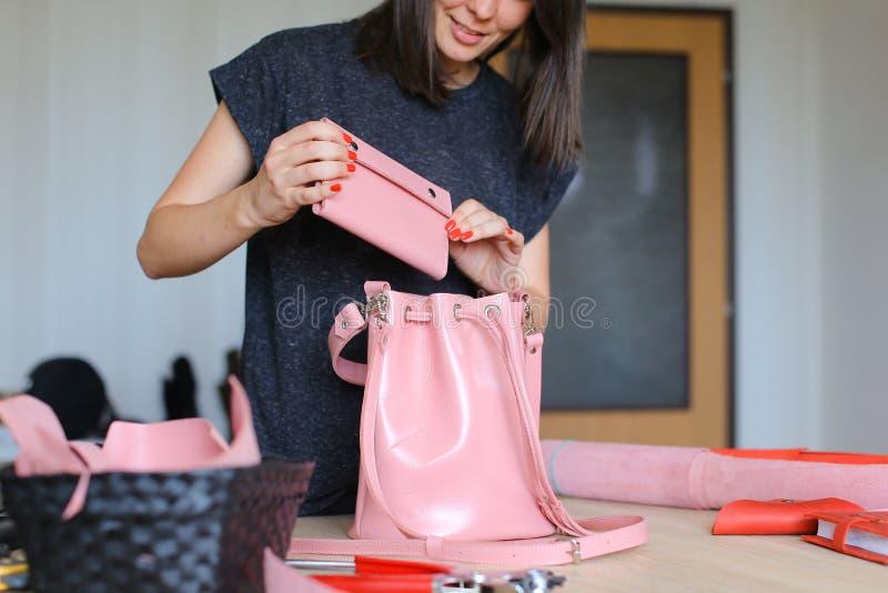裁缝赢取了桃红色背包和钱包 免版税库存图片