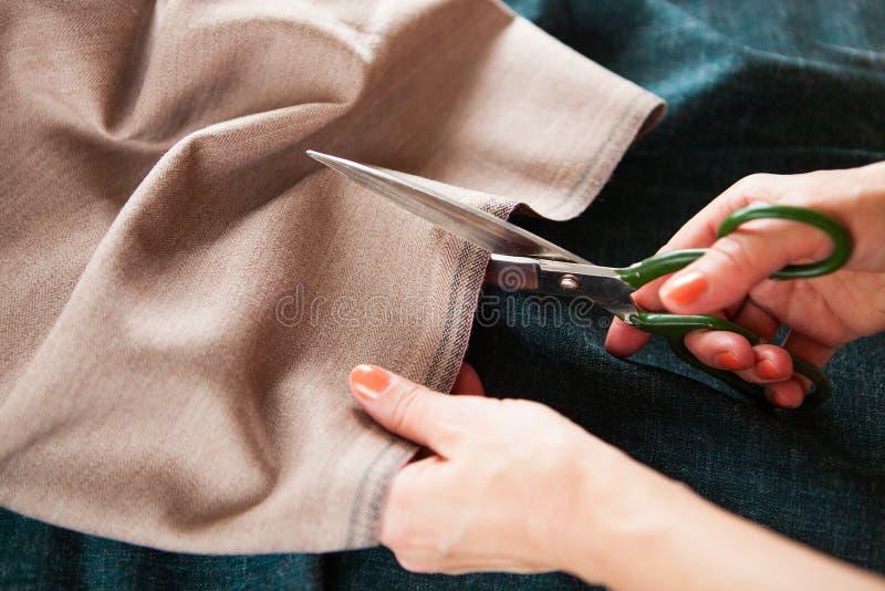 裁缝 手山谷裁缝裁缝` s剪布料 关闭 库存图片