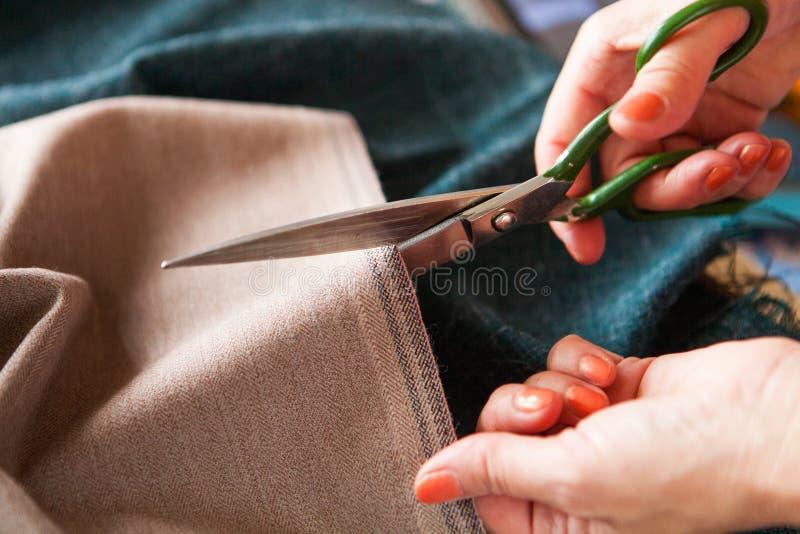 裁缝 手山谷裁缝裁缝` s剪布料 关闭 库存照片