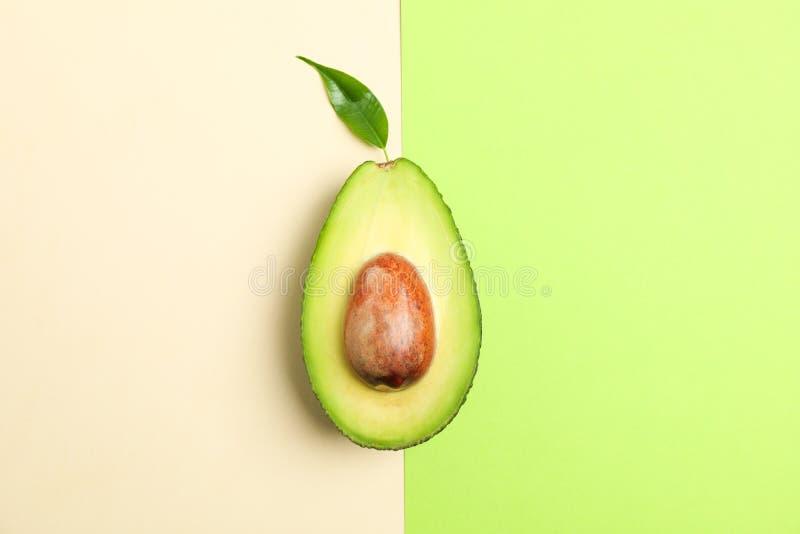 裂口与叶子的裁减鲕梨在两口气背景 免版税库存图片