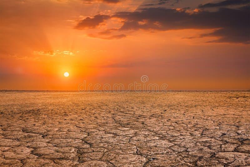 破裂的地球土壤日落风景 库存图片
