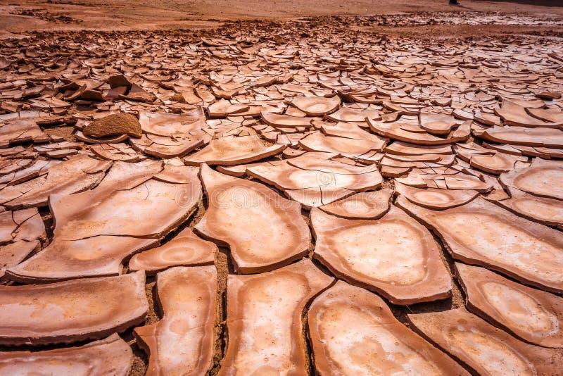 破裂的地面在瓦尔de la muerte沙漠,圣佩德罗火山de Atacam 库存图片