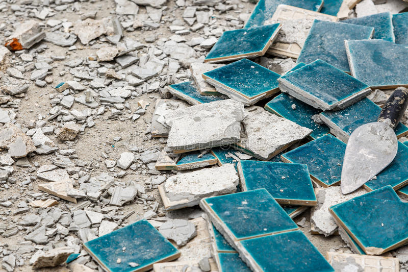 崩裂的小绿色瓦片 免版税库存照片