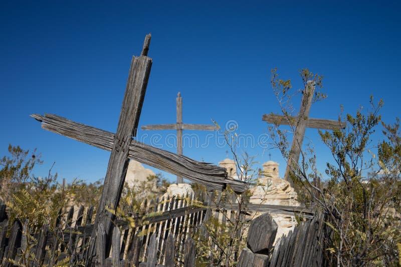 破裂的木十字架在被放弃的公墓 免版税库存图片