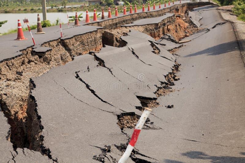 破裂的柏油路 免版税库存图片