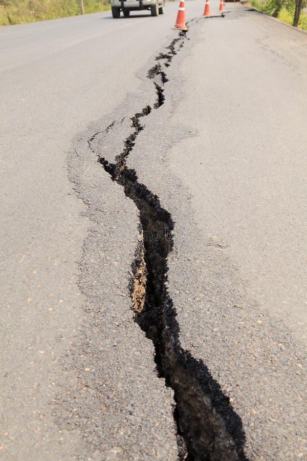 破裂的柏油路 免版税库存照片