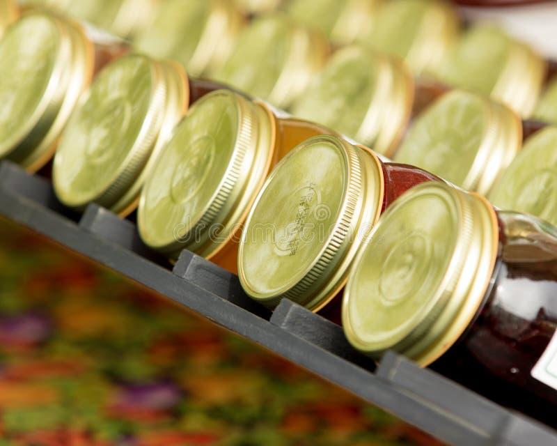 装于罐中的瓶子充满果酱 免版税库存图片