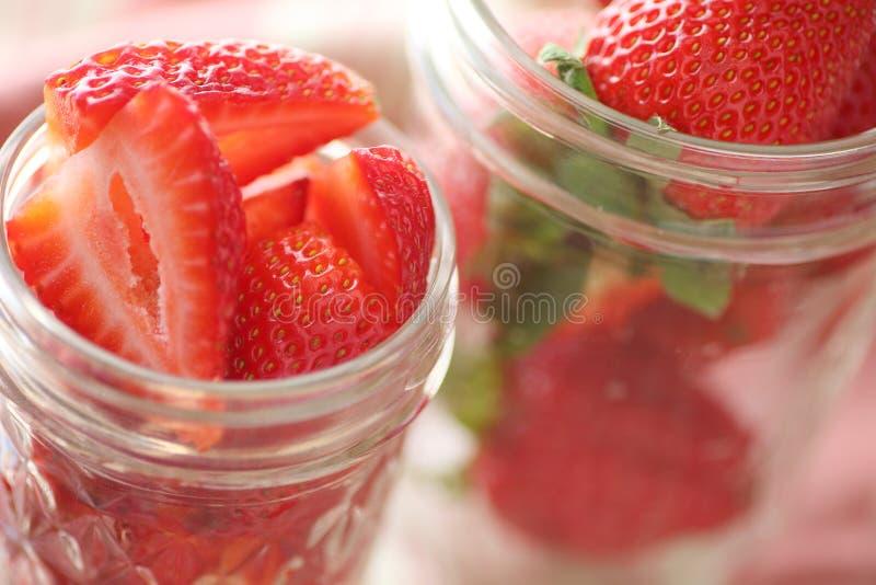 装于罐中的瓶子用草莓 库存照片