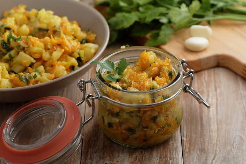 装于罐中的矮生西葫芦蔬菜炖肉 库存照片