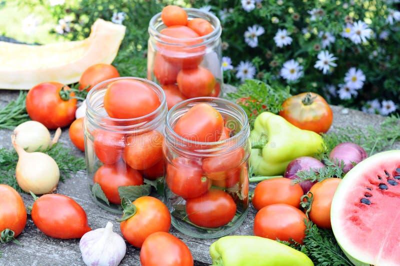 装于罐中的蕃茄在家 免版税库存照片
