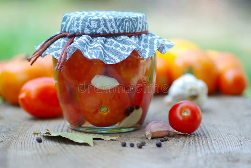 装于罐中的蕃茄 免版税库存照片