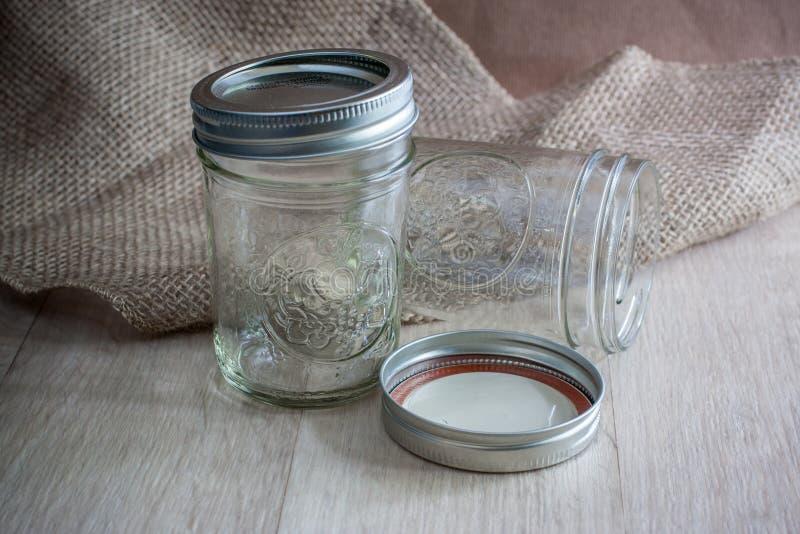 装于罐中的玻璃瓶子 免版税库存图片