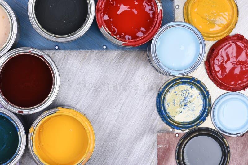 装五颜六色的油漆于罐中 免版税库存照片