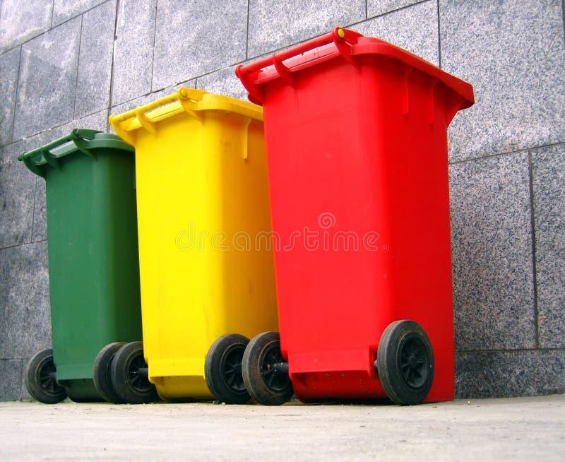 装垃圾分隔垃圾于罐中 免版税图库摄影