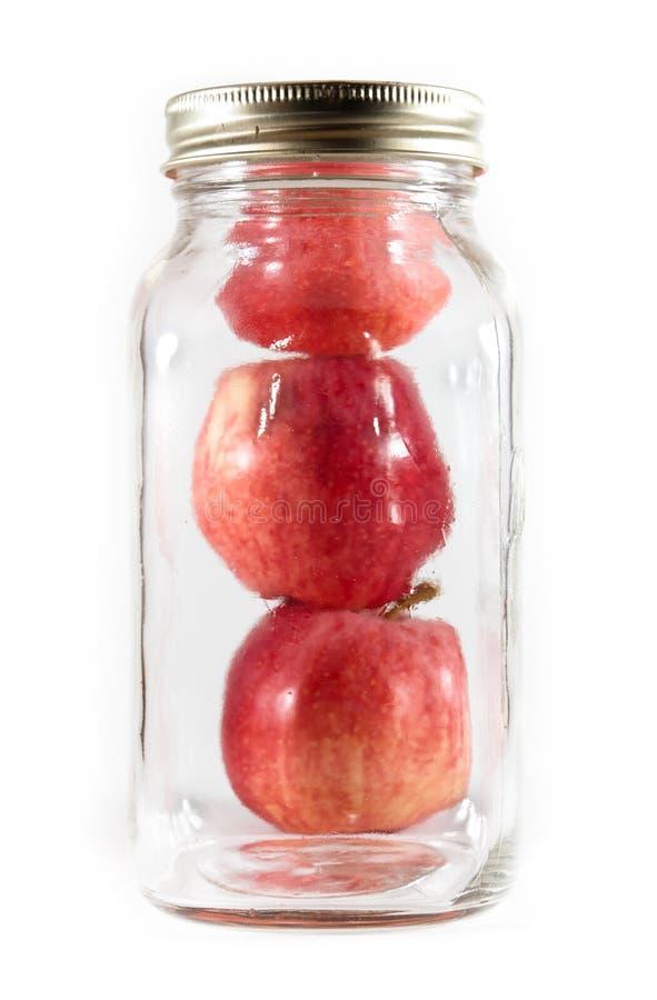 装玻璃瓶子泥工三于罐中的苹果 库存图片