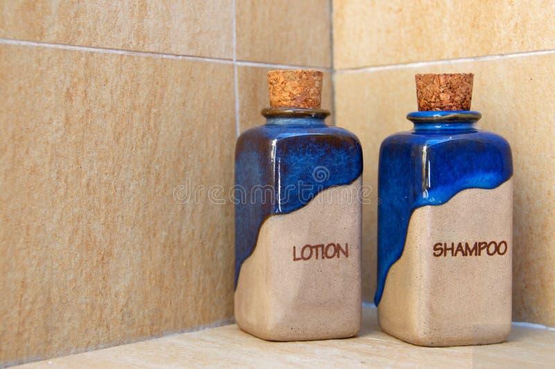 装瓶化妆水有机香波 免版税库存照片