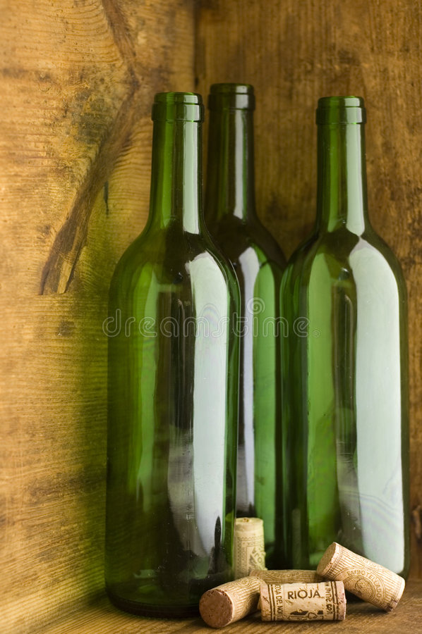 装瓶木条板箱的酒 库存照片