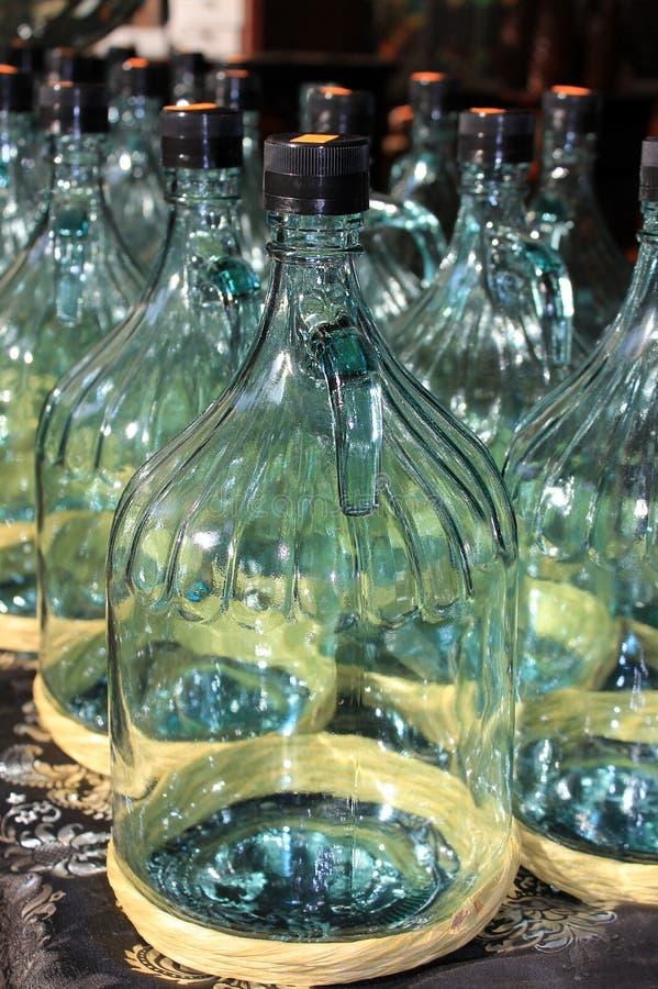装瓶的橄榄油大玻璃瓶 免版税库存照片