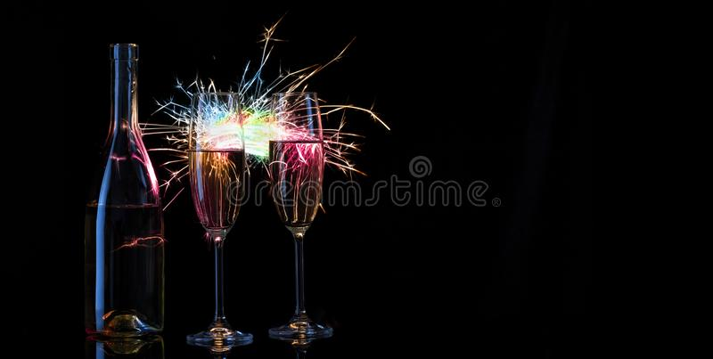 装瓶,并且两杯香槟衬托是 库存图片