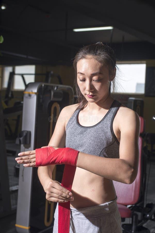 装箱对实践的亚裔妇女 免版税库存照片