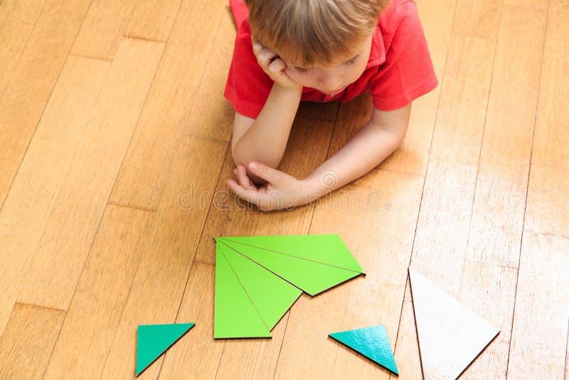 装箱的 想法 解决算术的小男孩 免版税图库摄影