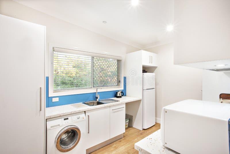 装置在一个小整洁的白色厨房里 库存照片