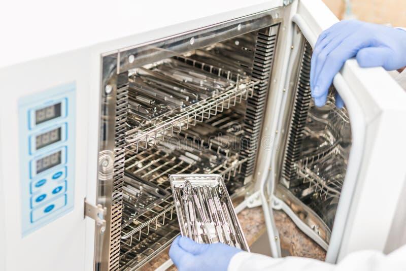 装货仪器到绝育的压热器里 库存图片