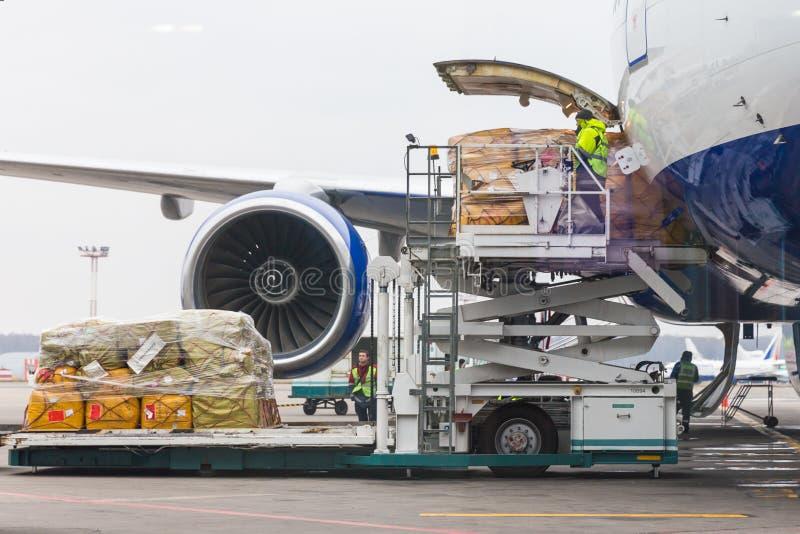 装货货物到在离开前的航空器里 库存照片