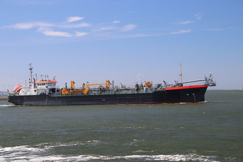 装载和卸载在鹿特丹,荷兰港口的几艘船  免版税库存图片