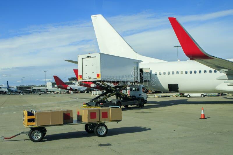 装载商品的货机在机场 免版税库存照片