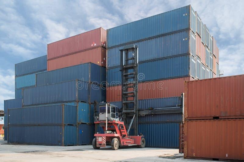 装载对容器集中处用途fo的铲车举的容器箱子 库存图片