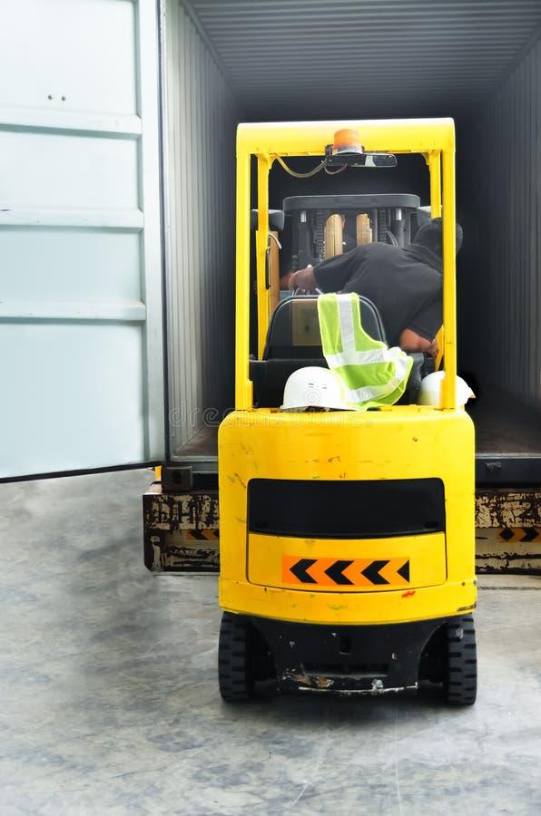装载货物的铲车操作员 库存图片