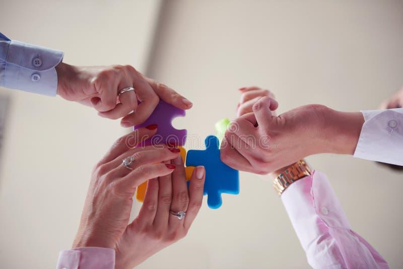 Download 装配七巧板的商人小组 库存图片. 图片 包括有 片式, 系列, 抽象, 通信, 合伙企业, 方法, 解决方法 - 62527667
