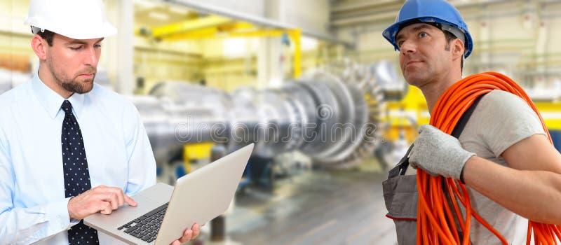 装配和修建燃气轮机的工作者在现代ind 免版税库存照片
