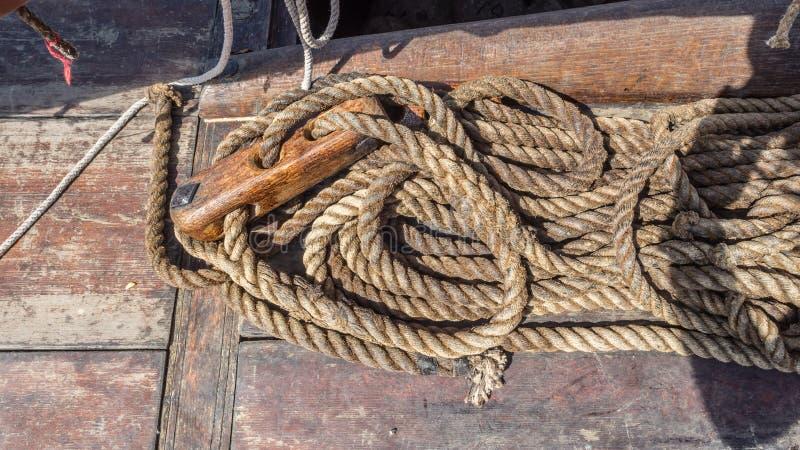 装配的北欧海盗船涂焦油大麻绳索 免版税库存图片