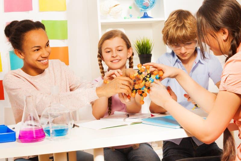 装配科学项目的孩子分子模型 免版税库存图片