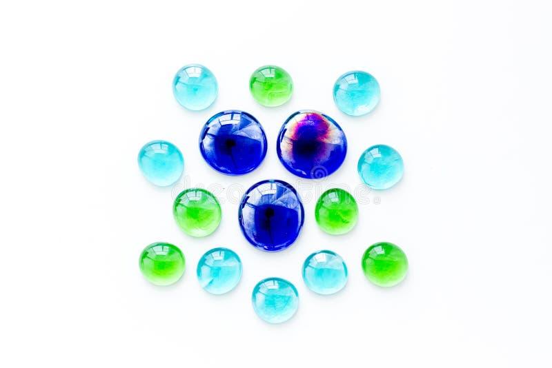 装饰、创造性和工艺的发光的玻璃石头在白色背景顶视图 免版税库存照片